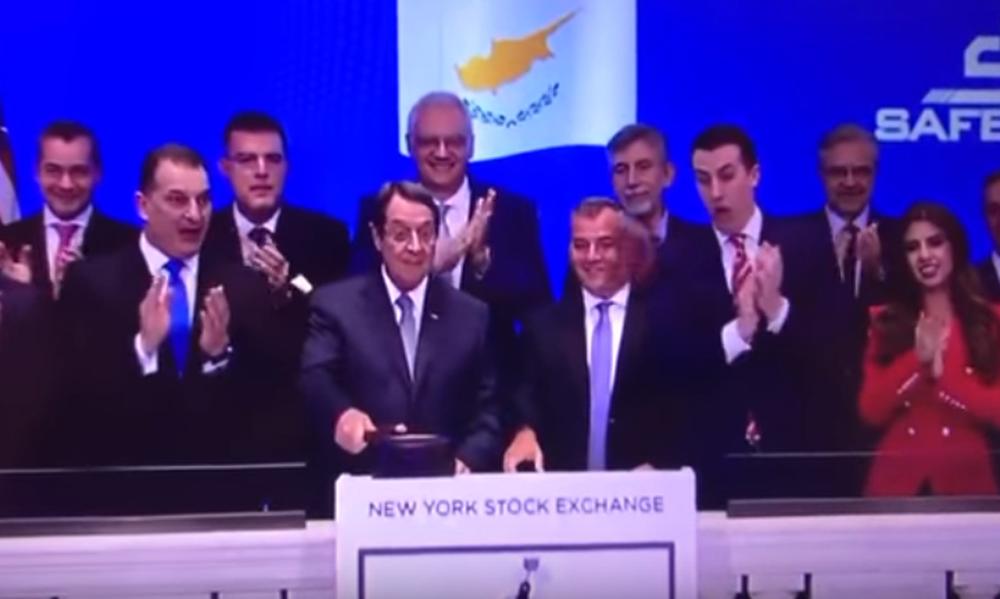 Επικό: Ο Αναστασιάδης χτυπά το σφυρί της Wall Street και αυτό προσγειώνεται σε δημοσιογράφο!