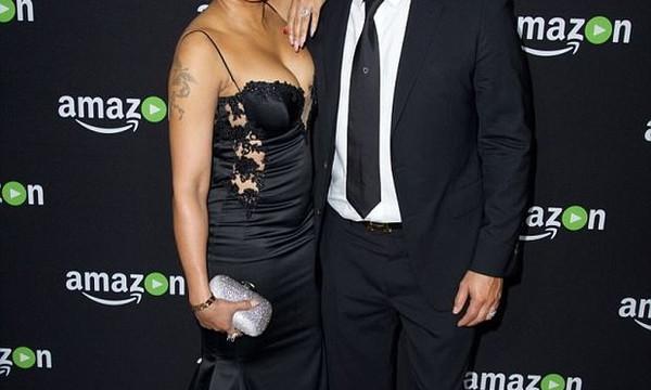 Διάσημος απάτησε την γυναίκα του με καυτή νταντά!