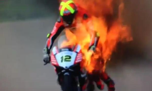Σοκ με Φορές! Τυλίχθηκε στις φλόγες η μηχανή του (video)