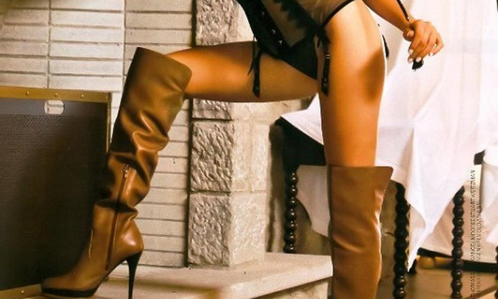 Ελληνίδα βάζει μόνο δερμάτινες μπότες και στήνεται!