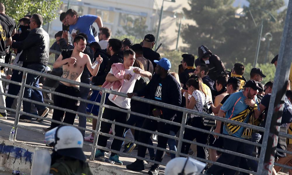 ΠΑΟΚ-ΑΕΚ: Πλακώθηκαν, έδωσαν τα χέρια και αφού αγκαλιάστηκαν… ξαναδάρθηκαν!