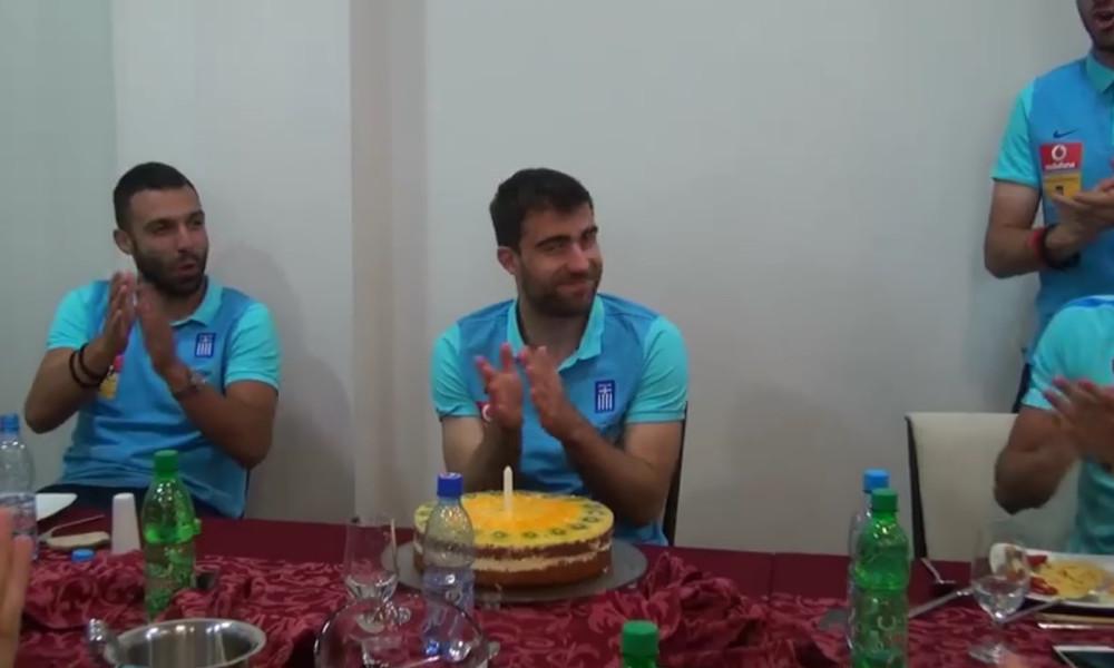 Η τούρτα έκπληξη και η ευχή του Παπασταθόπουλου (video)