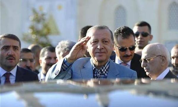 Σοκ στην Τουρκία: Κατέρρευσε ο Ερντογάν μέσα στο τζαμί