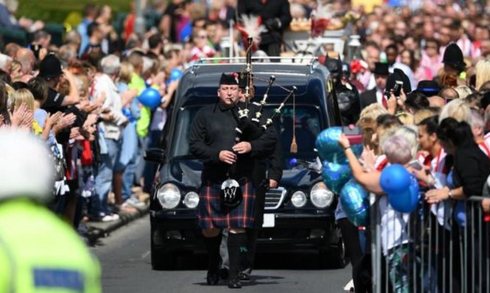 Χιλιάδες Βρετανοί συνόδευσαν τον μικρό Μπράντλεϊ στην τελευταία του κατοικία