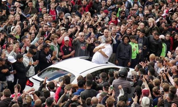 Απίστευτες σκηνές! Χιλιάδες φίλαθλοι στο σπίτι του Νουρί!