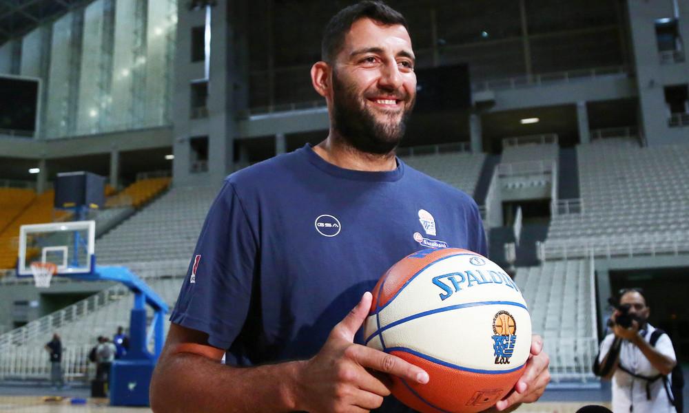 Ο Μπουρούσης φωτογραφήθηκε με το τρόπαιο του Eurobasket