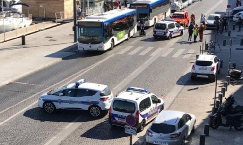 Αυτοκίνητο έπεσε σε στάσεις λεωφορείων στη Μασσαλία - Μία γυναίκα νεκρή