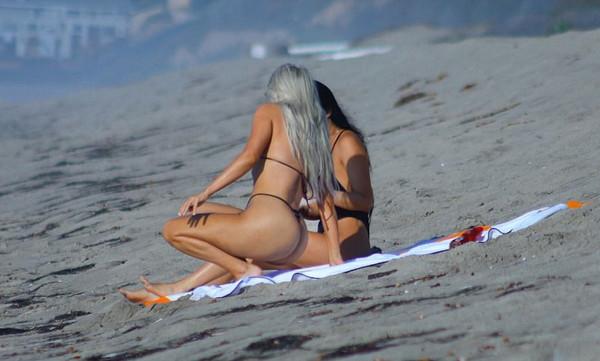Η Κιμ Καρντάσιαν κόλασε με το καυτό κορδόνι στην παραλία