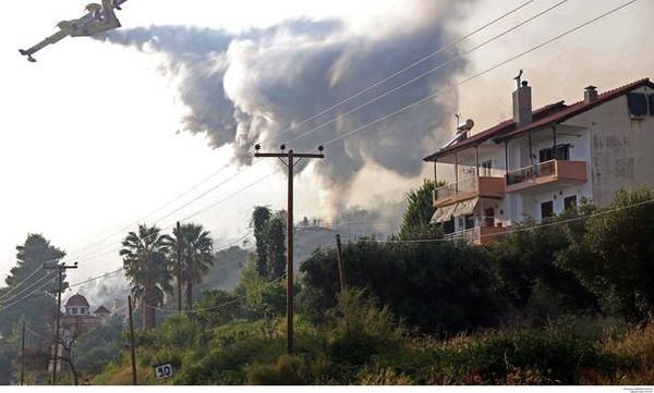 Κόλαση φωτιάς στη Χαλκιδική - «Γλείφουν» τα σπίτια οι πύρινες «γλώσσες» (pics+vids)