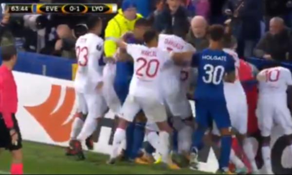 Αδιανόητο: Έπεσε ξύλο στο Έβερτον-Λιόν, οπαδοί έριχναν μπουνιές σε παίκτες! (vid)