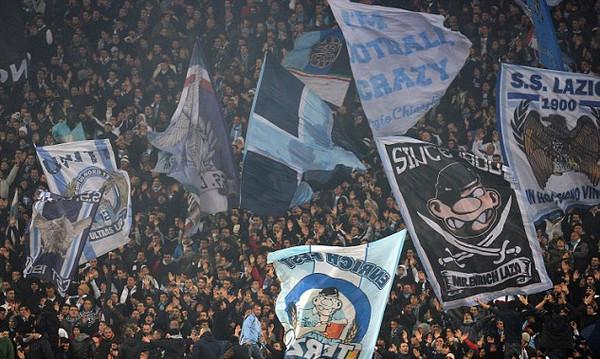 Χαμός στην Ιταλία με την κίνηση ντροπή των οπαδών της Λάτσιο! (photo)