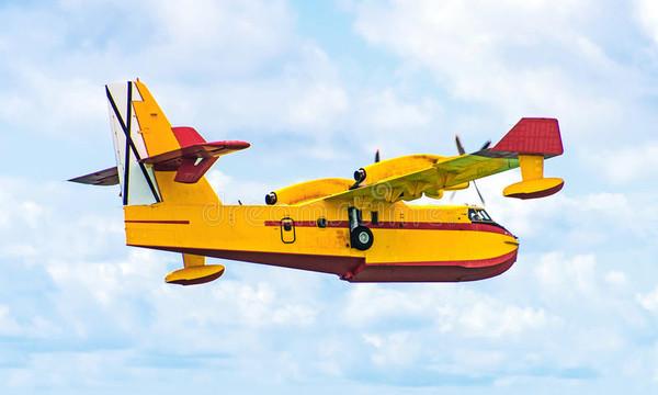 Σοκαριστικό: Πυροσβεστικό αεροπλάνο παραλίγο να «φορτώσει» ανθρώπους! (video)