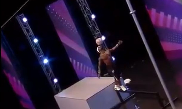 Άσε ότι κάνεις: Αυτός πραγματικά ΜΙΛΑΕΙ ΣΤΗ ΜΠΑΛΑ! (video)