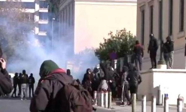 Επεισόδια στο μαθητικό συλλαλητήριο για την επέτειο από τη δολοφονία του Αλέξη Γρηγορόπουλου