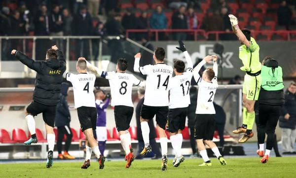Αυτό το πήρες χαμπάρι; Η ΑΕΚ έβγαλε αναμνηστική φωτογραφία με… 10 παίκτες! (photo)