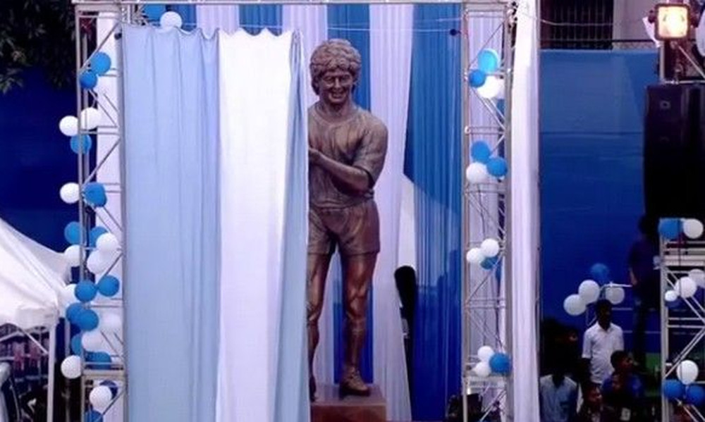 Ο Μαραντόνα έκανε τα αποκαλυπτήρια του αγάλματος του! Έτσι πίστευε τουλάχιστον… (photos+video)