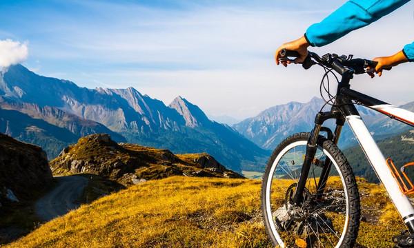 Θα σας κόψει την ανάσα! Η πιο τρελή κατάβαση βουνού με ποδήλατο (video)