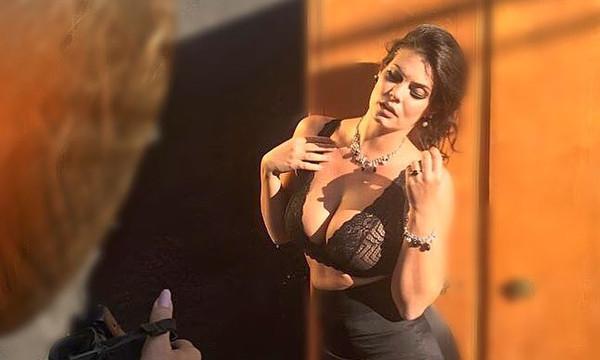 Η Μαρία Κορινθίου μας δείχνει το σέξι μπούστο της