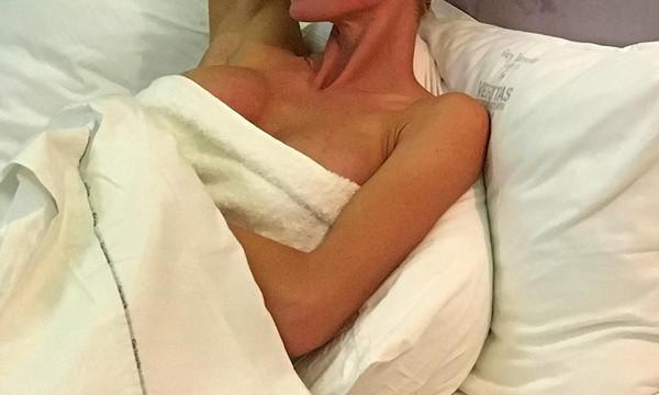 Ελληνίδα μάνα μόνο με το μπουρνούζι στο κρεβάτι της!